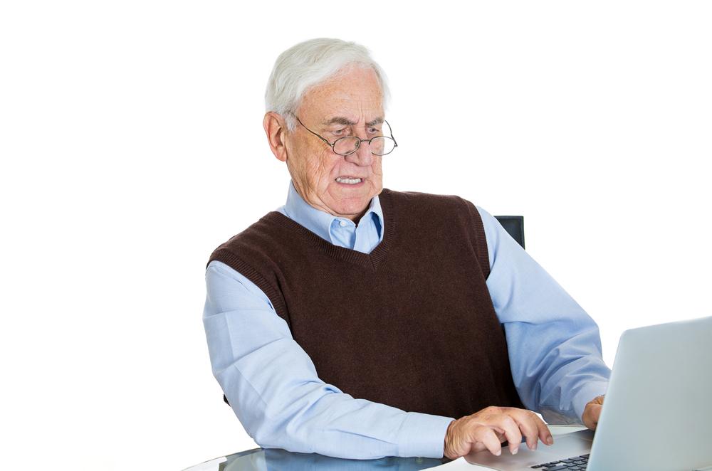 Senior, který má problémy s přístupností webu.