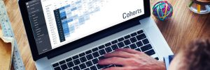 Muž sedí u počítače a zkoumá kohortovou analýzu | foto © Shutterstock / design © RobertNemec.com, 2017