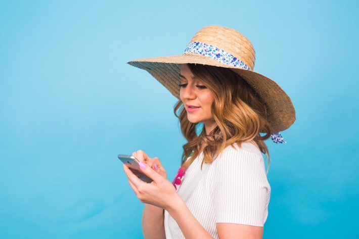 pohled mladé ženy na telefon